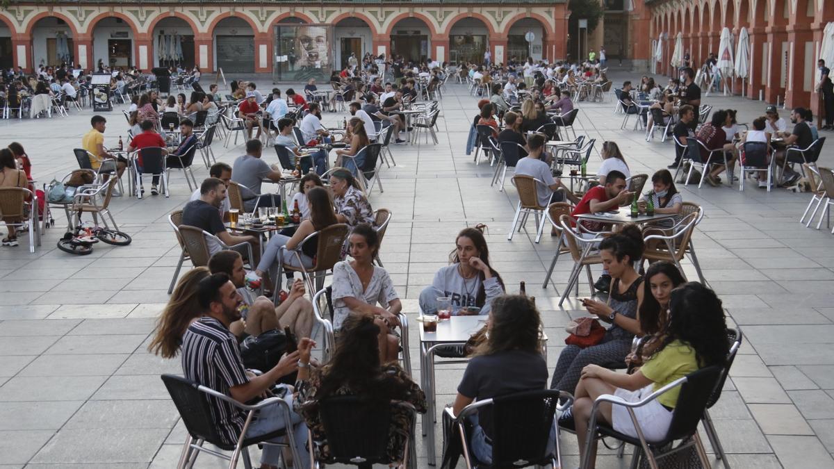 Veladores en la plaza de la Corredera en Córdoba. En el nivel 3, los aforos vuelven a reducirse para intentar amortiguar el aumento de la incidencia acumulada.