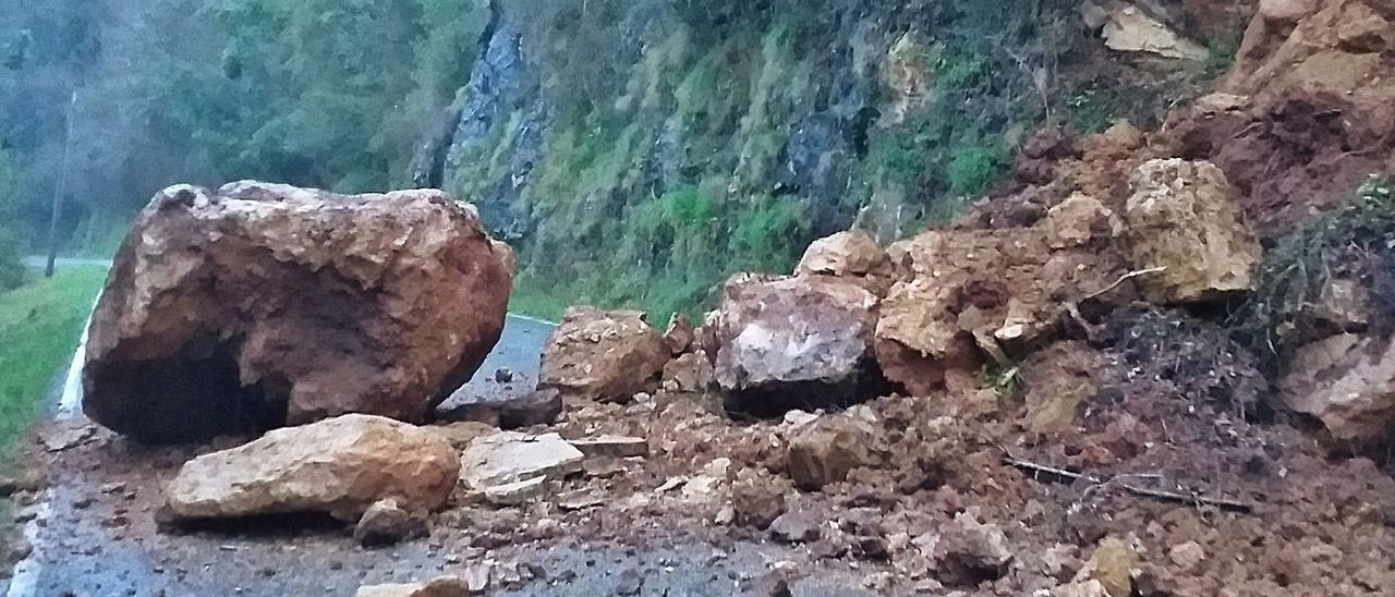 El argayo desprendido sobre la calzada de la antigua carretera entre Pravia y Cornellana (Salas). | LNE