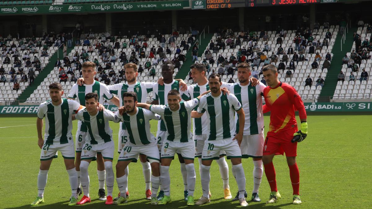 Última alineación titular del Córdoba CF en la 20-21, en El Arcángel ante el Cádiz B. Pocas caras repetirán la próxima campaña.