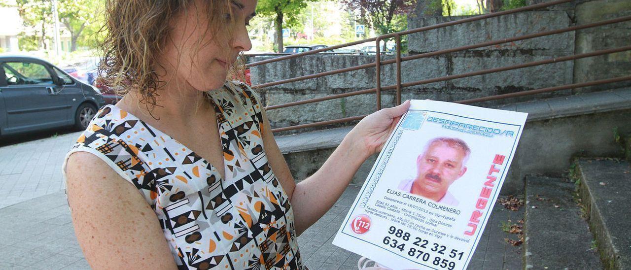 Sandra Carrera, con el cartel de su padre desaparecido.