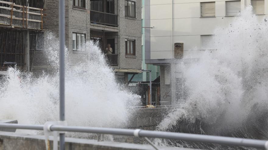 Asturias estará hoy en alerta por olas de 5 metros y registrará fuertes vientos en el tercio occidental