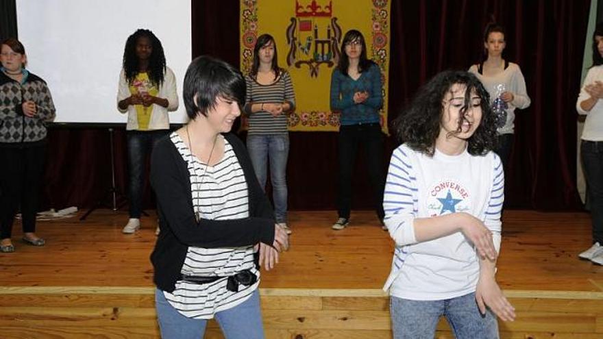 Los estudiantes diseñan la escenografía del espectáculo.