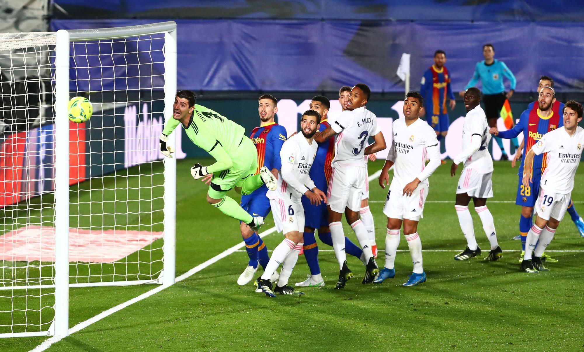 Los jugadores de Real Madrid y Barcelona contemplan con un lanzamiento de Messi se estrella en el palo durante el Clásico