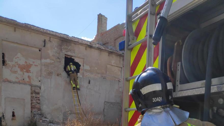 Los bomberos sofocan un incendio en el interior de una nave abandonada en Cieza