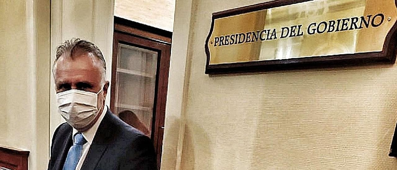 El presidente del Gobierno canario, Ángel Víctor Torres, en los pasillos del Parlamento.     MARÍA PISACA