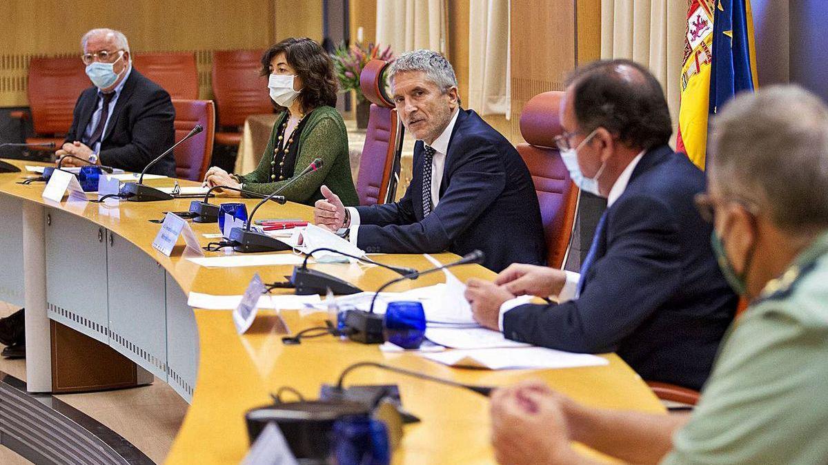 El ministro del Interior (centro), en la presentación del informe de condenados por delitos de tráfico.