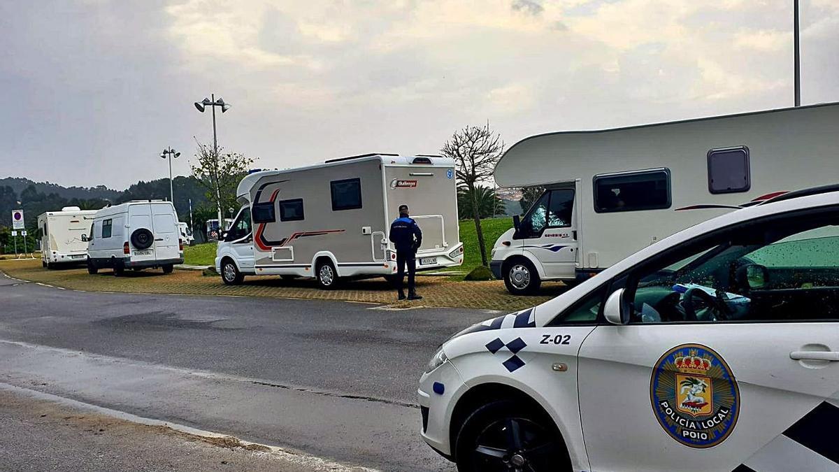 La Policía Local, junto a algunas autocaravanas.