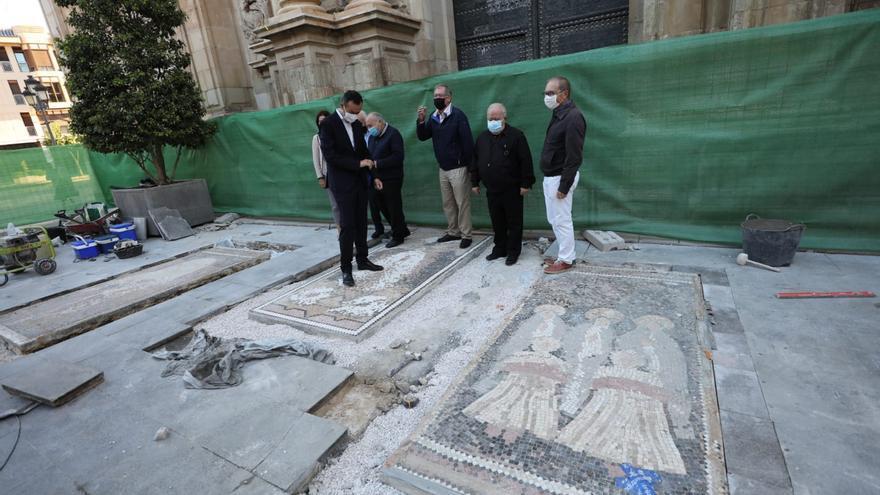 Los mosaicos de Sixto Marco, a los pies de Santa María para las representaciones del Misteri