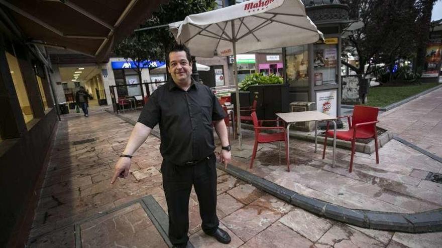 Un hombre, en estado crítico tras rajarse el cuello con una botella en plena calle en Oviedo