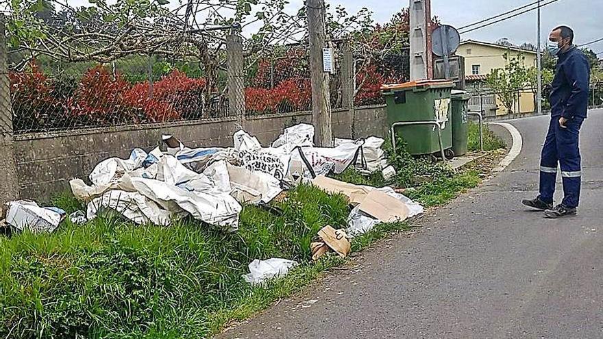 La policía investiga un vertido de restos de obra en Cambre