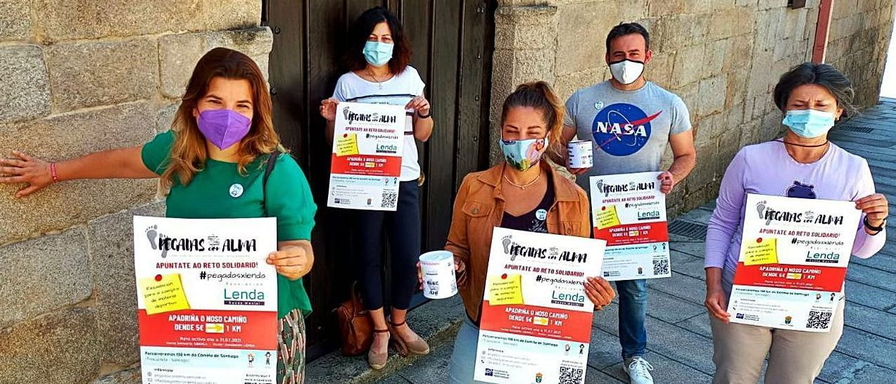 """Las organizadoras de la iniciativa solidaria """"Pegadas con alma"""", en Redondela."""