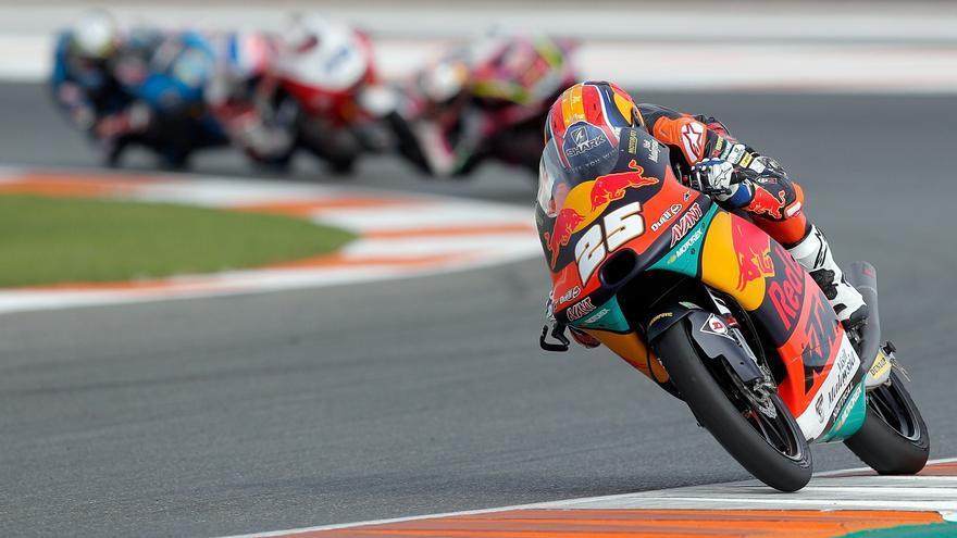 Raúl Fernández reina en el caos en Moto3