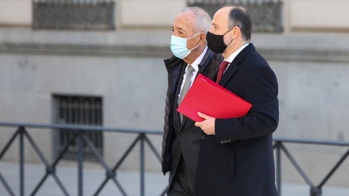 El empresario Luis Gálvez a su llegada (i) acompañado a la Audiencia Nacional.