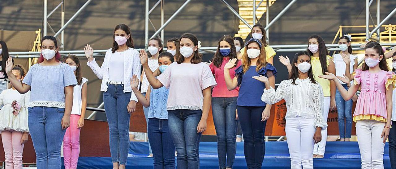 Tres niñas desfilan por  el escenario, durante  el ensayo de este  miércoles. ALEX DOMÍNGUEZ   ALEX DOMÍNGUEZ