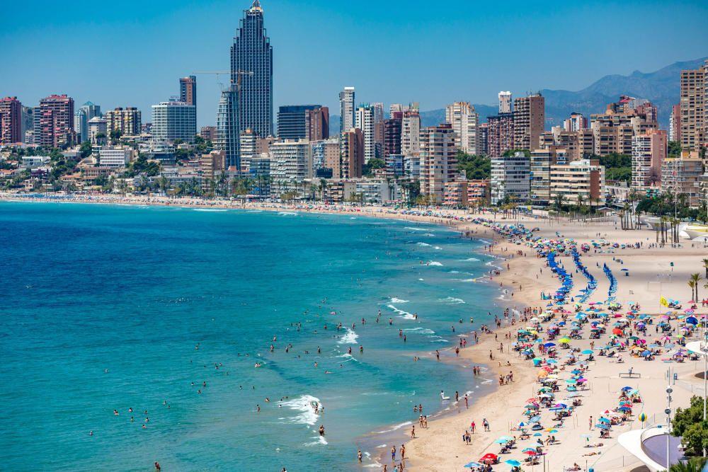 Benidorm realza las medidas tomadas en sus alojamientos y playas para promocionarse y lograr despertar la demanda de última hora