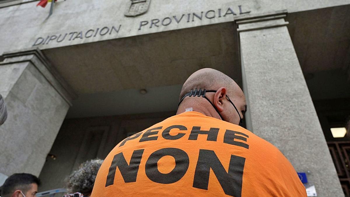 Un trabajador de Alu Ibérica, ayer, en la puerta del edificio de la Diputación de A Coruña.     // M. F.