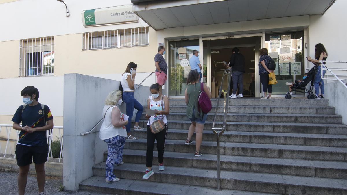 usuarios esperan a las puertas del centro de salud de Fuensanta.