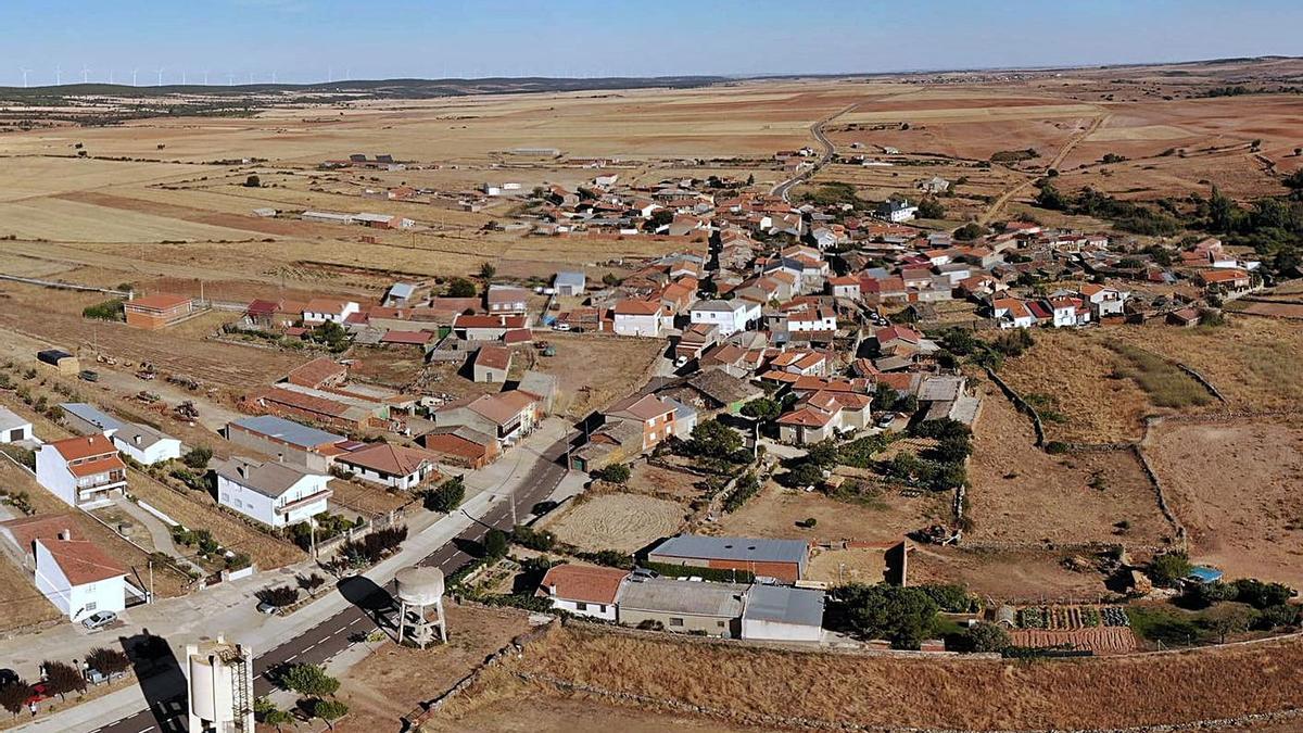 Muga de Alba, el pueblo que estará más cerca de la granja proyectada en el término de Carbajales. | Ch. S.