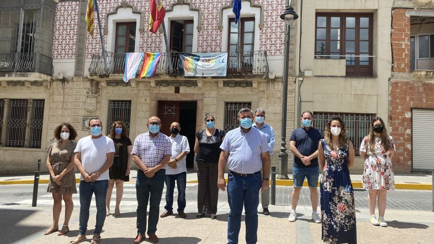 Vox amenaza con denunciar a la alcaldía de Crevillent por colgar la bandera LGTBI en el Ayuntamiento