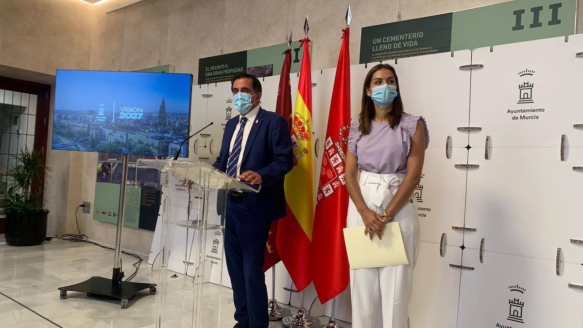 El alcalde de Murcia, José Antonio Serrano, y la concejala de Movilidad, Carmen Fructuoso.