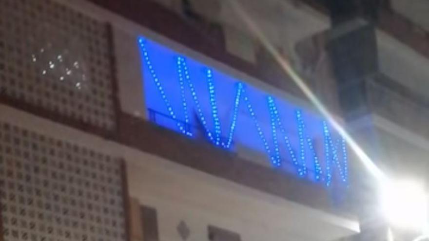 Un balcón de Alicante felicita la Navidad a primeros de octubre