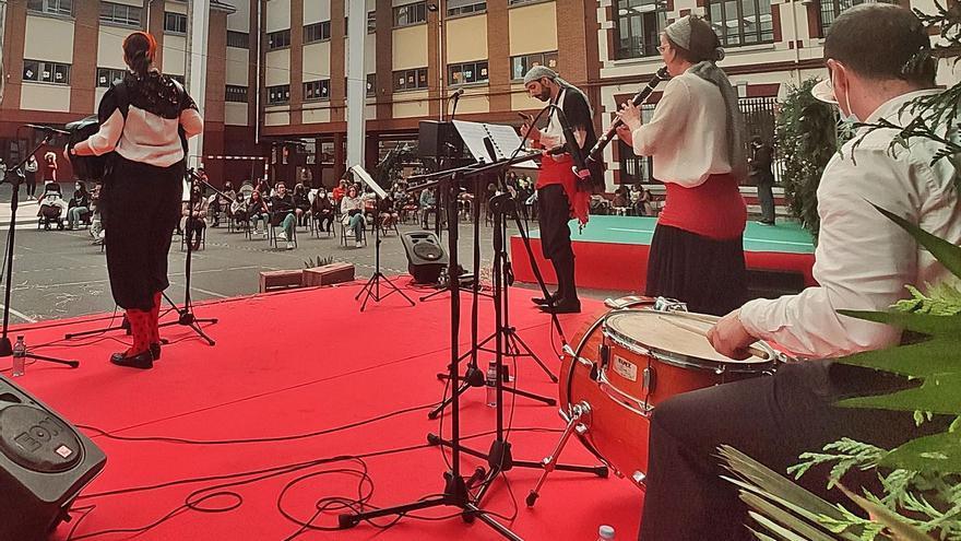 """La """"Folixina"""" triunfa en Mieres al ritmo de la música tradicional"""