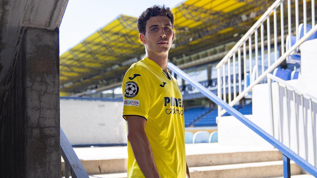 Pau Torres presenta la nueva equipación