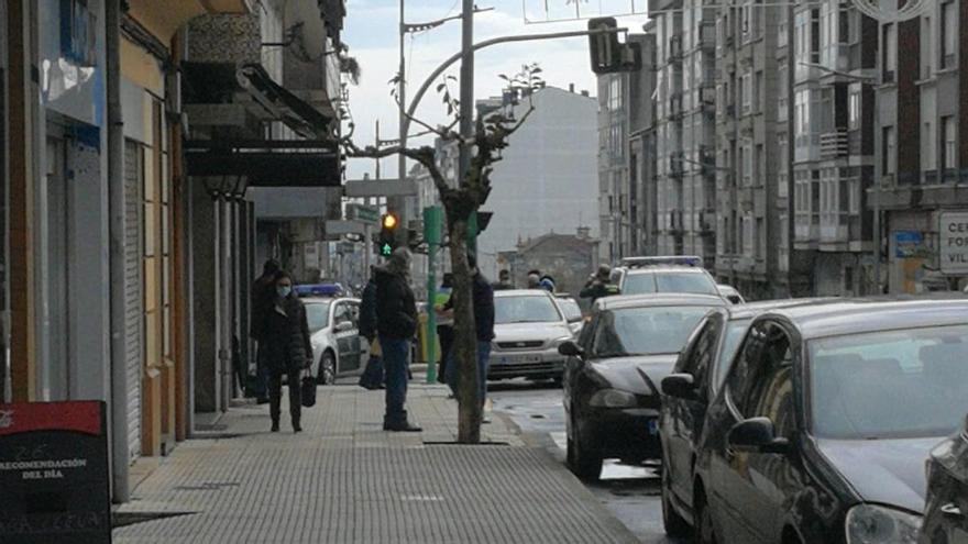 Momento en el que la Guardia Civil detiene al ladrón en la avenida Benito Vigo