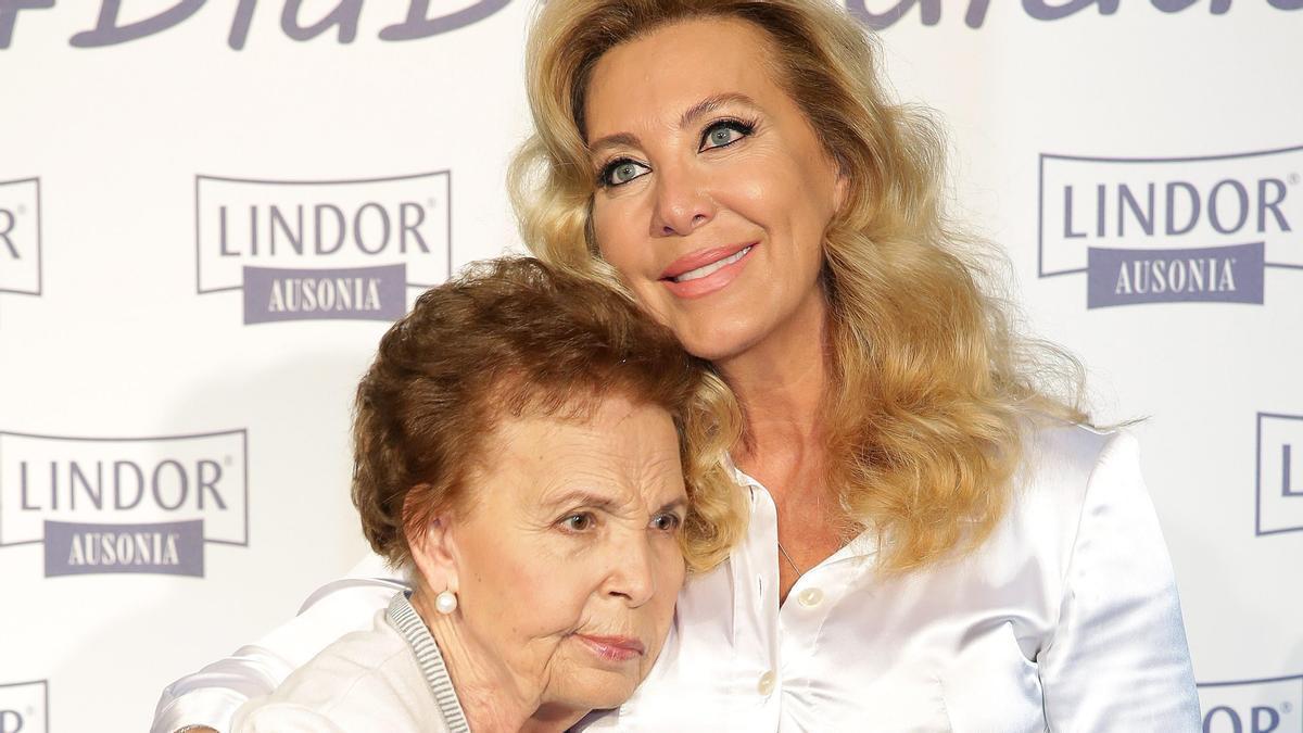 Norma Duval, con su madre, Purificación Aguilera, en una imagen de 2016.