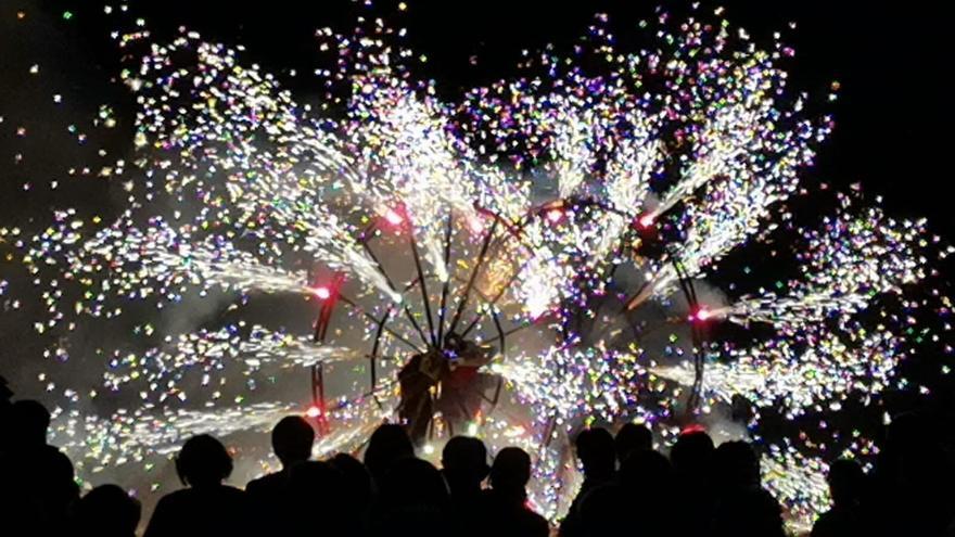 L'espectacle «Renaixem» dels Senyors del foc captiva Castelló d'Empúries