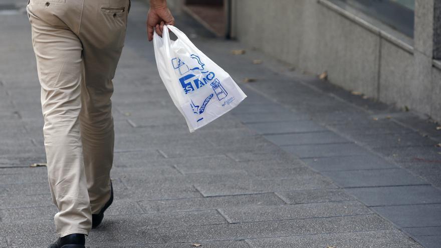 El Gobierno grava desde hoy los plásticos de un solo uso