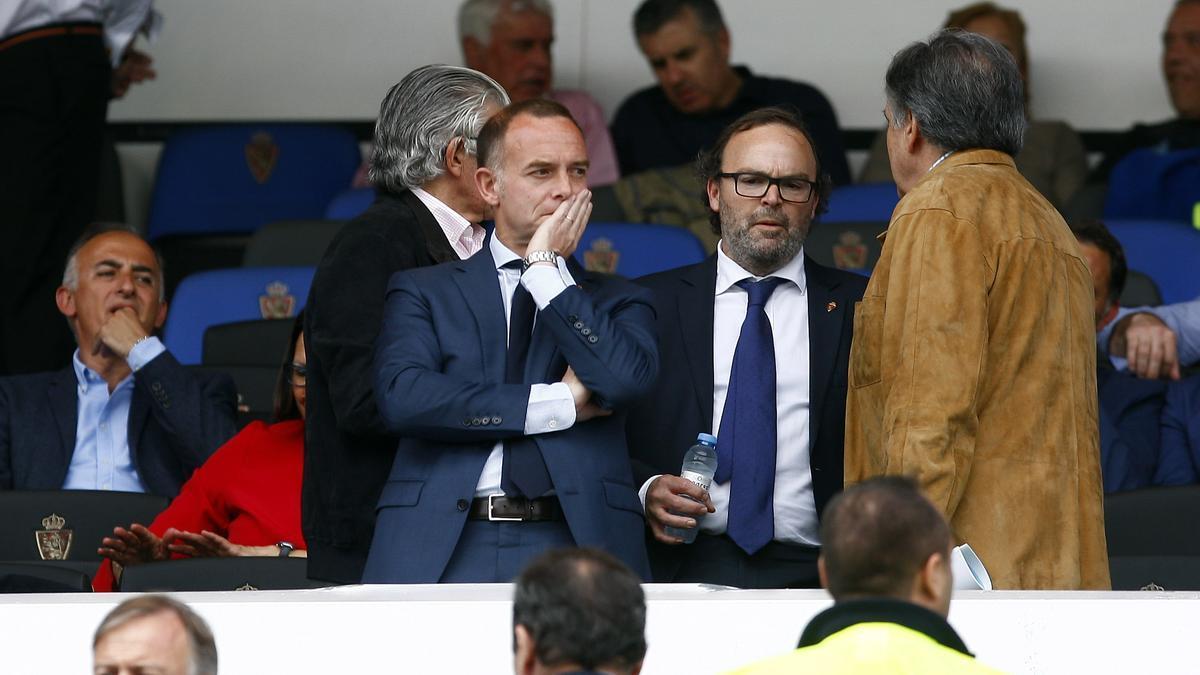El presidente del Zaragoza, Christian Lapetra, con el vicepresidente, Fernando Sainz de Varanda, y el presidente de la Federación Aragonesa de Fútbol, Óscar Fle, en La Romareda.