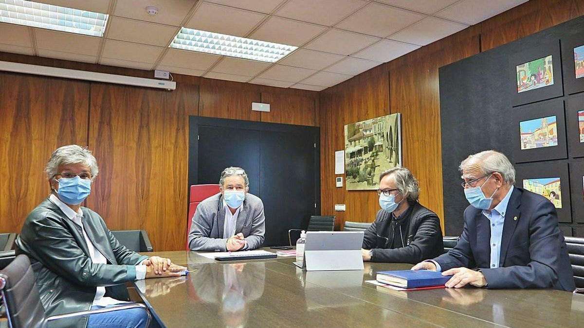 El alcalde se reunió con los responsables de Cáritas y el arquitecto encargado del proyecto.