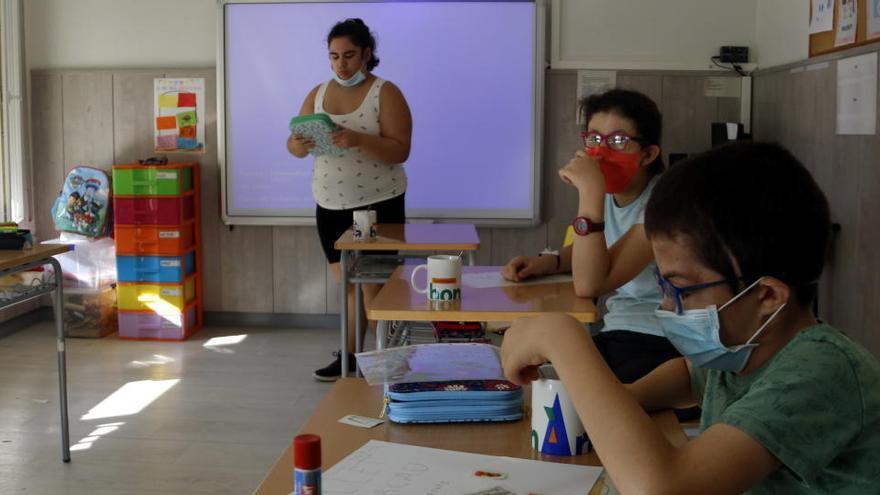 Grups bombolla, contagis i vacunes compliquen la vida dels docents