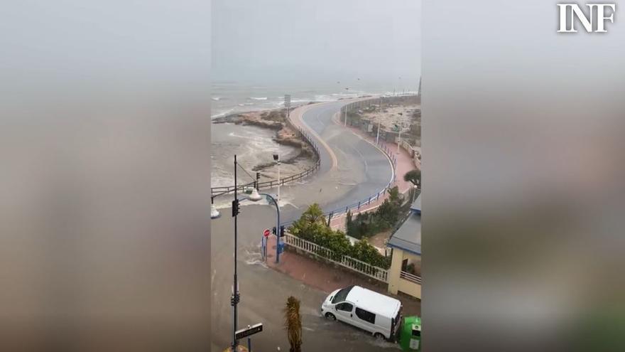 La lluvia anega las calles de Torrevieja