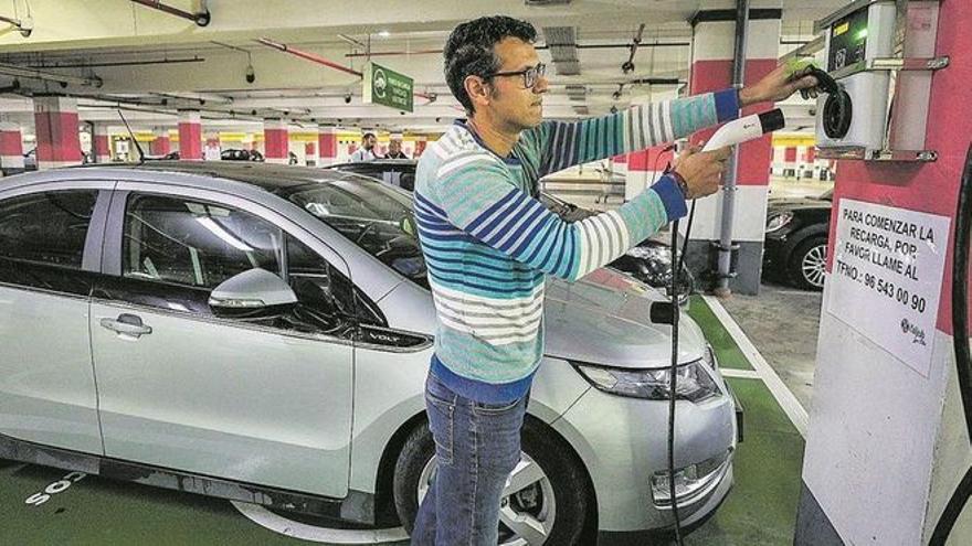 Las ayudas al coche eléctrico chocan en Córdoba con solo 49 puntos de recarga