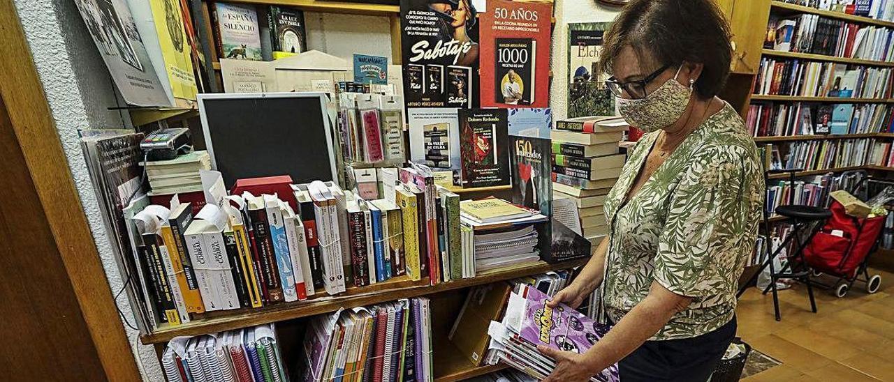 Una librera con libros de texto en un establecimiento de Elche.