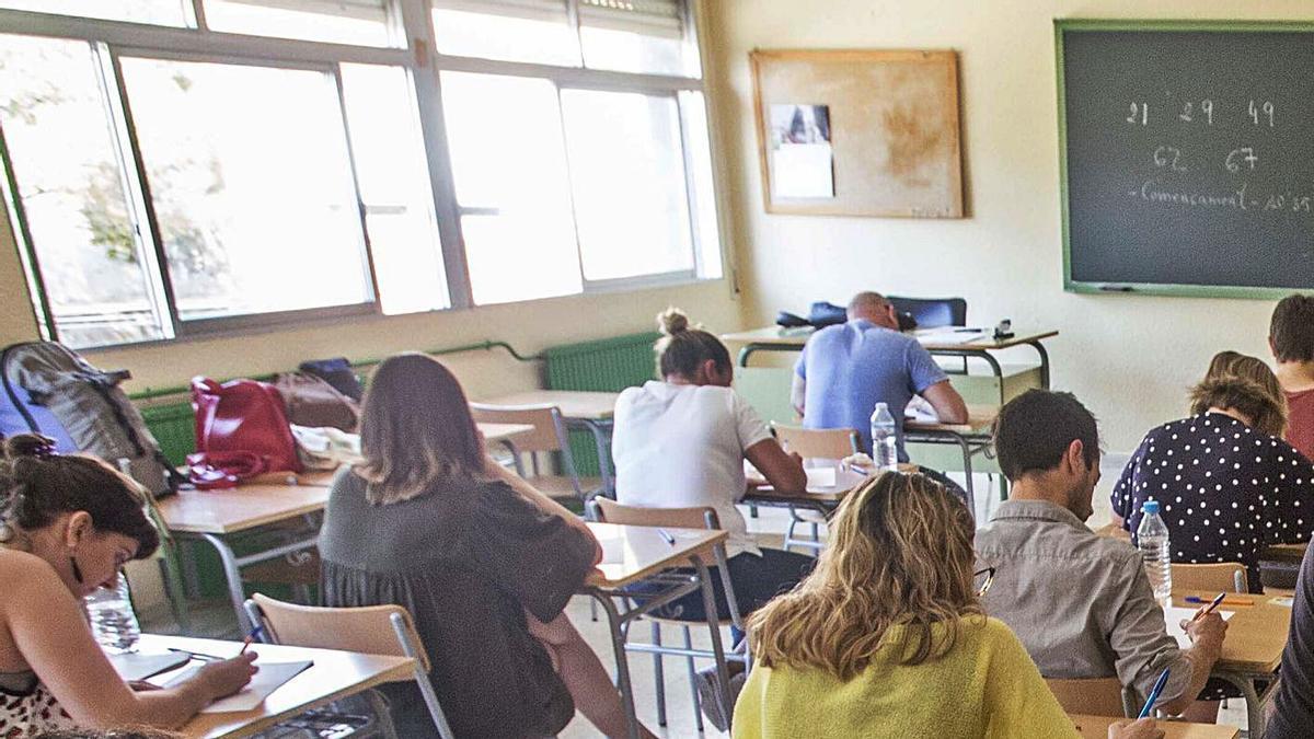Opositores durante los ejercicios en Alicante de la última convocatoria a la enseñanza. | PILAR CORTÉS