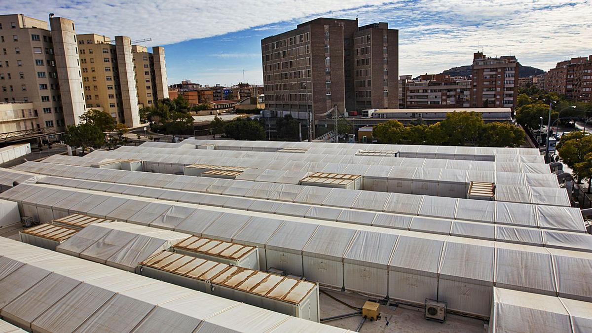 Panorámica del hospital de campaña ubicado junto al Hospital General de Alicante.    RAFA ARJONES