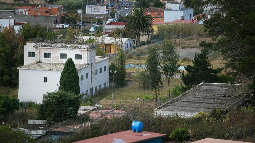 Defensa ofrece las instalaciones del Canarias 50 para acoger inmigrantes