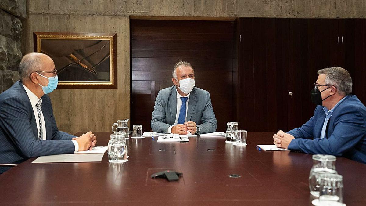 De izquierda a derecha, Enrique Moreno, Ángel Víctor Torres y Félix Hernández, en la reunión que mantuvieron ayer.     LP/DLP