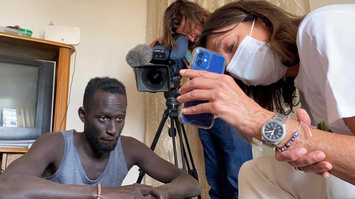 La voluntaria de Cruz Roja ha podido charlar con el migrante.