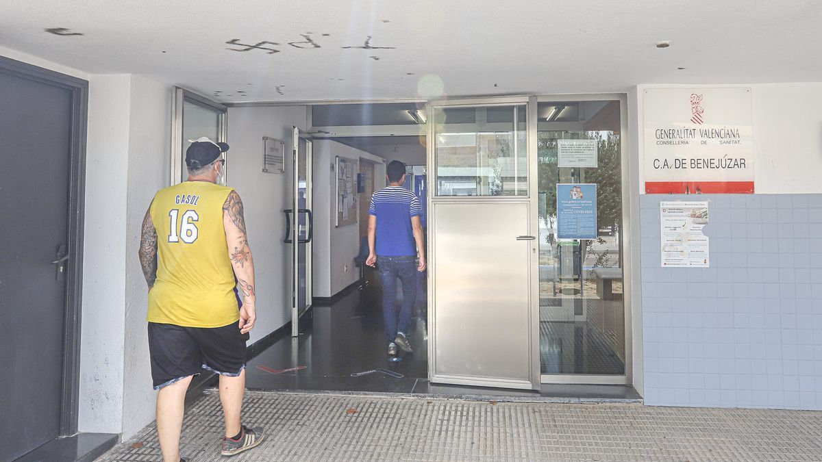 Usuarios entran en el consultorio de salud de Benejúzar ante la ausencia de triaje presencial.