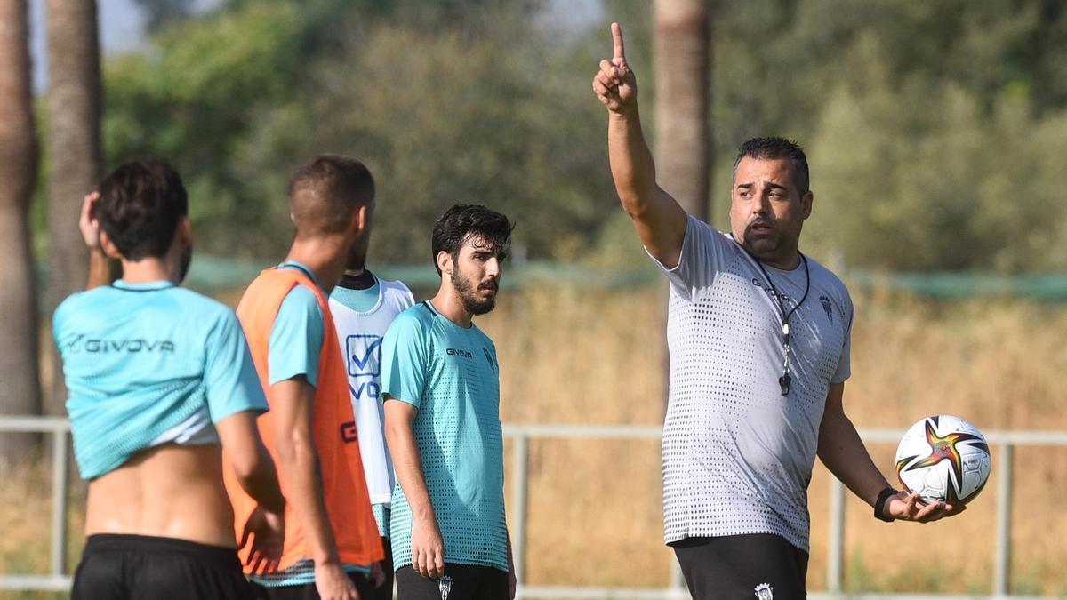 Germán Crespo da indicaciones a sus jugadores en un entrenamiento del Córdoba CF