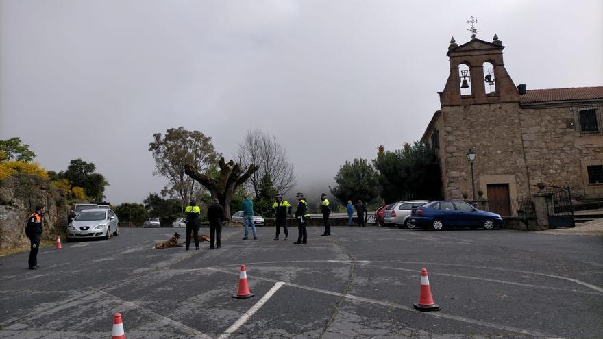 Policía Local y Protección Civil, en un control ante la ermita.