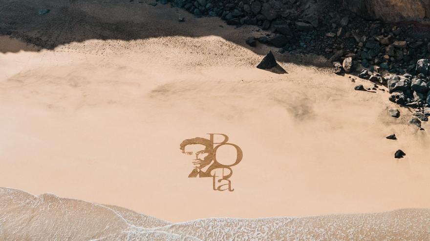Dibujos en la arena de Fuerteventura para rendir homenaje a Tomás Morales
