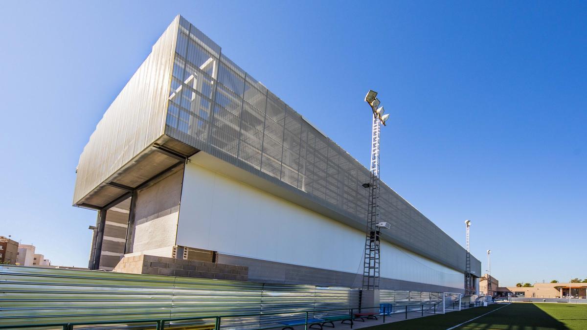 Las obras del trinquet municipal, espacio deportivo, se encuentran paralizadas tras el abandono de la empresa adjudicataria.