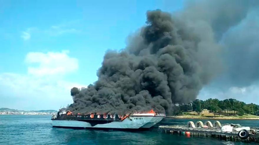 Cinco heridos graves al arder un catamarán turístico en Pontevedra