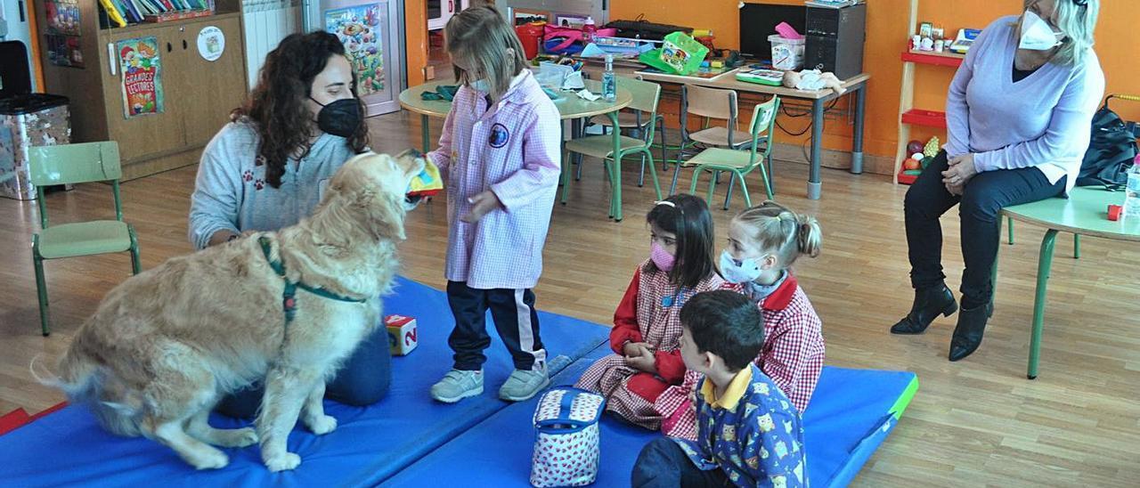 """Los alumnos de la escuela infantil de Romariz disfrutan de la actividad con la perra """"Uma"""", ayer.     // FDV"""
