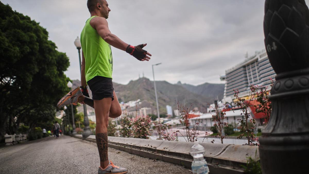 Un ciudadano hace deporte en la avenida de Anaga.